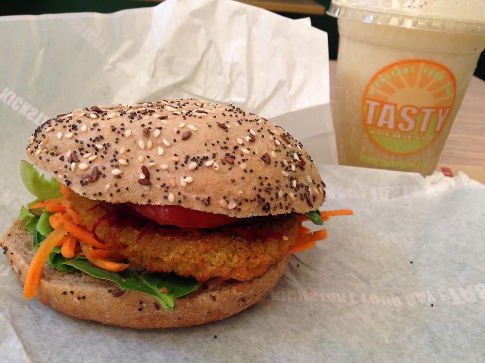 Veggie Burger und selbstgemachter Drink im Tasty World, Gent, Belgien.