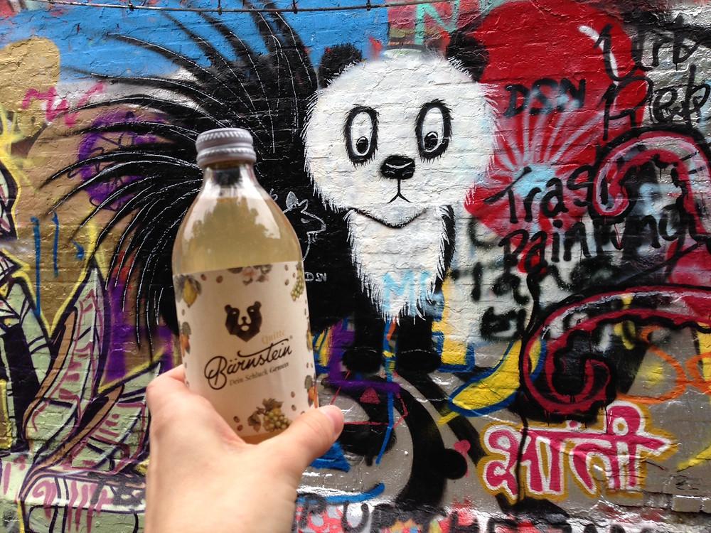 Bärnstein Quitte vor Street Art in Gent, Belgien.