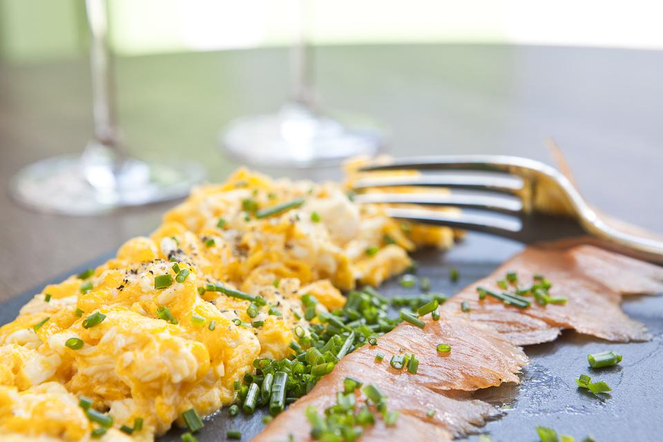 míchaná vejce s lososem a pažitkou
