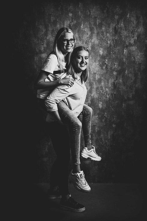 Stoere zwart wit foto van 2 zusjes. Wil jij ook een fotoshoot boeken met jouw zus? Deze fotografe maakt een hele mooie portretfoto van jullie samen. Cool black and white photo of 2 sisters. Do you also wanna book a photoshoot with your sister? This photographer makes a beautiful portrait of you and your sister.