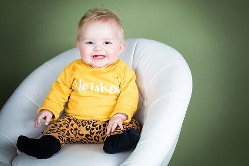 Deze mooie witte stoel is hartstikke gaaf om te gebruiken bij kinderfotografie. Door jouw dochter of zoon in deze stoel te zetten kunnen ze ook minder makkelijk weglopen waardoor een foto zo gemaakt is!