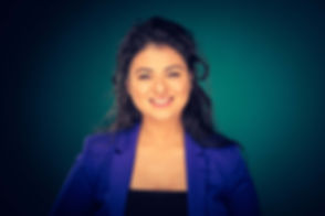 Deze castingfoto van Ayse Oral valt goed op bij castingbureau's en opdrachtgevers door de gekleurde achtergrond. Deze turquoise setting past goed bij haar blauwe colbert. Een jonge dame die graag doorbreekt als actrice heeft een professioneel casting portfolio opgebouwd met deze portretfoto's.