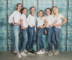 Deze 6 dames staan voor een stoere achtergrond, hebben allemaal een wit t-shirt aan met een blauwe spijkerbroek. De aanleiding van deze fotoshoot is een afscheidsfeestje van 1 van de meiden. Ook is deze shoot ideaal voor een kinderpartijtje.  Photoshoot with your best friends.