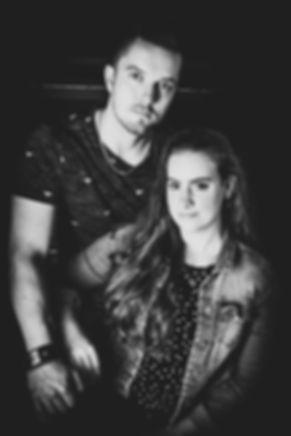 Een ontzettend stoere zwart wit foto van dit romantische koppel gemaakt tijdens een fotoshoot met partner.  Black and white portrait of a love couple. Photo with parnter.