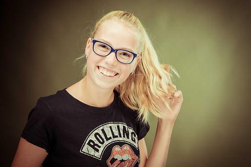 Vrolijke portretfoto van een tienermeisje. Professionele foto gemaakt door bekende fotograaf Nikki Hoff. Happy portrait photo of a teenage girl. Professional photo made by a famous photographer.