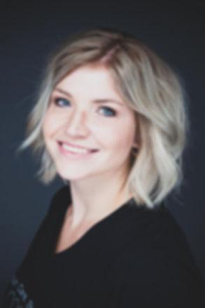 Portretfoto van vriendinnen gemaakt tijdens een vrijgezellenfeest.  Professional headshot of pretty young woman with blond hair.