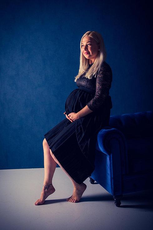 Voor de beste zwangerschapsfotografie ga je naar Studio86. Deze ervaren fotografe heeft veel dames tijdens hun zwangerschap mogen fotograferen. Zij kan jou zeker helpen met het maken van de mooiste foto's van jouw zwangere buik. Hier zie je een dame die 34 weken in verwachting is gefotografeerd in de meest bekende fotostudio van Nederland.