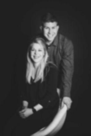 Een zwart wit statie portret van een broer en zus die hun ouders hebben verrast met een mooie portretfoto van hen samen. Dit mooie statieportret is gemaakt door beroemde fotografe Nikki Hoff. Bij een broer zus fotoshoot ontvang je digitale foto's.