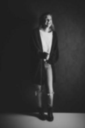 Zwart wit portretfoto gemaakt door goede fotografe Nikki Hoff van Studio86. Nikki is de beste fotograaf in de regio Zuid Holland e.o. Wil jij ook een fotoshoot met digitale foto's boeken? Dan is Studio86 de meest moderne fotostudio in de regio en kan je hier zelfs op zondag een fotoshoot boeken.