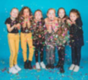 Tijdens een kinderfeestje maken we gebruik van een blauwe achtergrond en natuurlijk heb ik confetti in allerlei kleuren in de studio! Dus ben jij jarig en wil jij jouw verjaardagspartijtje vieren met een fotoshoot? Dan ben je bij Studio86 op het goede adres!  We use confetti during a photoshoot of a kids birthday party!