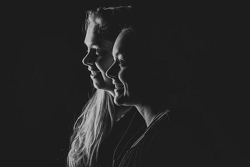Wil jij een loveshoot doen met jouw partner om jullie liefde voor elkaar voor eeuwig vast te laten leggen? Nikki is één van de beste fotografen van Nederland en legt dit mooie moment graag voor jullie vast.  Black and white photography in the photostudio using one flash light.