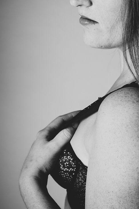 Ben jij opzoek naar een fotograaf die naaktfotografie aanbiedt? Nikki Hoff van Studio86 is gespecialiseerd in portretfotografie en ook met haar goede kijk op poses en lichtinval, kan zij ontzettend mooie en sensuele foto's van jou maken.  Sensual photograph of a woman.