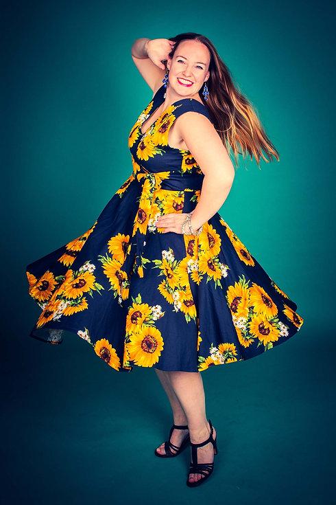 Een vrolijke dame die met haar jurk een rondje draait. Dit lijkt bijna een pin up foto uit de jaren 50 met haar retro jurk. Deze vrolijke, opvallende foto is gemaakt in fotostudio Studio86. Wil jij een fotograaf zoeken die dit soort glamourfoto's voor jou kan maken? Dan is Nikki de beste fotograaf hiervoor!