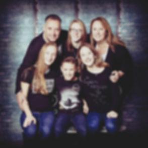 Een tof familieportret met een toffe achtergrond. Jij kiest zelf de sfeer van jouw fotoshoot uit!  Professional family photoshoot.