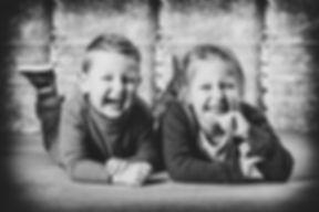 Kindershoot boeken in Alphen aan den Rijn, Zuid Holland? Nikki Hoff is dé fotograaf als het gaat om kinderfotografie.  Laughing brother and sister. Professional photo made during a kids photoshoot.
