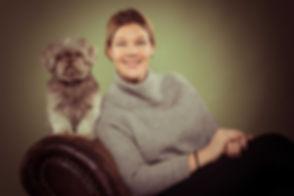 Wil jij ook een fotoshoot hond met baasje boeken in deze bekende fotostudio? Studio86 word gerund door bekende fotografe Nikki Hoff en is o.a. gespecialiseerd in dierenfotografie. Hier zit de hond op de rand van de leuning naast zijn baasje op de bank.