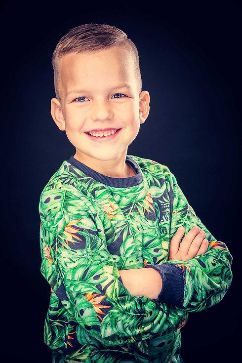 Een stoere portretfoto van een jongen met een jungle trui aan. Een professionele foto gemaakt door een kinderfotograaf. De prijs van deze fotoshoot vind je op www.studio86.nl/prijzen  Cool portrait of a young boy.
