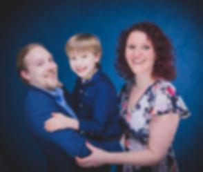 Wil jij een fotoshoot met jouw gezin of familie boeken? De kosten van een familie fotoshoot kun jij bekijken onder het kopje prijzen. Nikki is een goede fotografe en heeft in haar fotostudio o.a. deze blauwe achtergrond. De foto is gemaakt met flitslampen en een reflectiescherm.