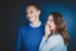 Tijdens deze fotoshoot met geliefde gaf mijn zusje haar vriend een kus op zijn wang met haar rode lippenstift.  Love couple. Girl gives a red lipstick kiss on her boyfriends cheek. Made during a love photoshoot.