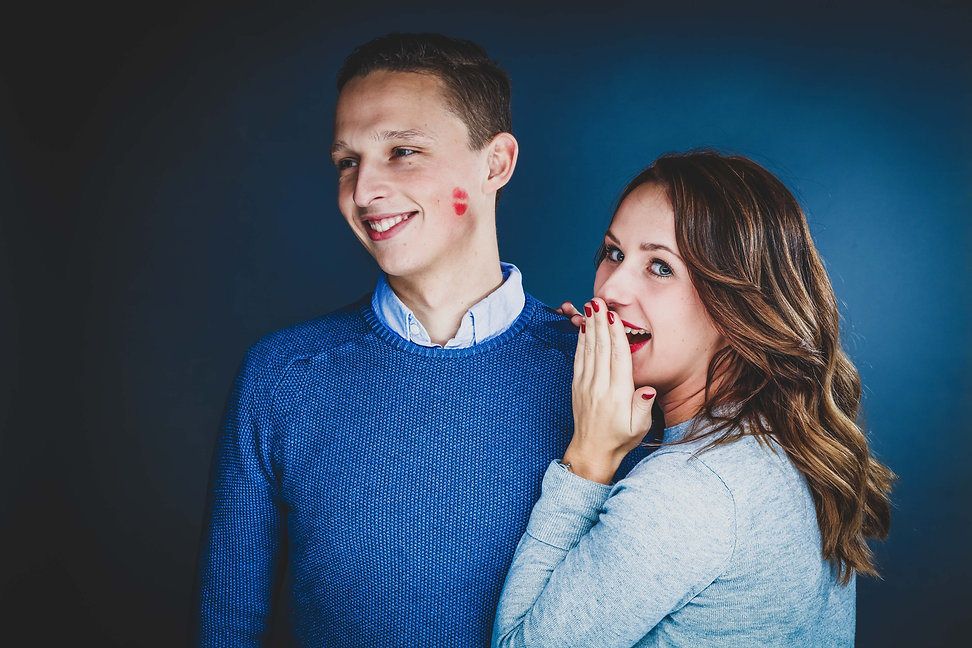Tijdens deze fotoshoot met geliefde gaf mijn zusje haar vriend een kus op zijn wang met haar rode lippenstift.  Love couple. Girl gives a red lipstick kiss on her boyfriends cheek. Made during a love photoshoot.