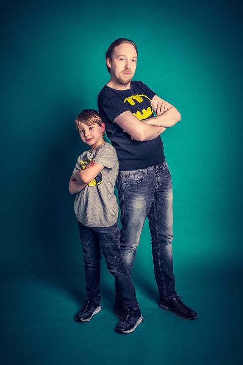 Ook kan jij tijdens een gezinsfotoshoot een stoere vader en zoon foto laten maken. Hier zie jij vader en zoon op een turquoise achtergrond staan met een batman t-shirt aan. Deze stoere, opvallende totaalfoto is gemaakt door goede fotografe Nikki Hoff van Studio86.