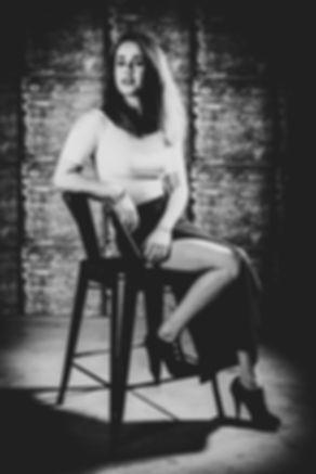 Wat een prachtige profielfoto mocht ik maken van deze dame! Boek nu ook jouw glamour fotoshoot via www.studio86.nl  Rough black and white picture of a young woman on a high chair. Portrait photography by Nikki Hoff.