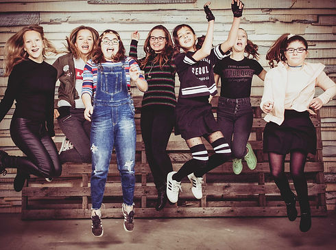 Toffe springfoto gemaakt in de fotostudio van Nikki Hoff tijdens een fotoshoot van een kinderpartijtje.  Girls jumping! Kids photography.