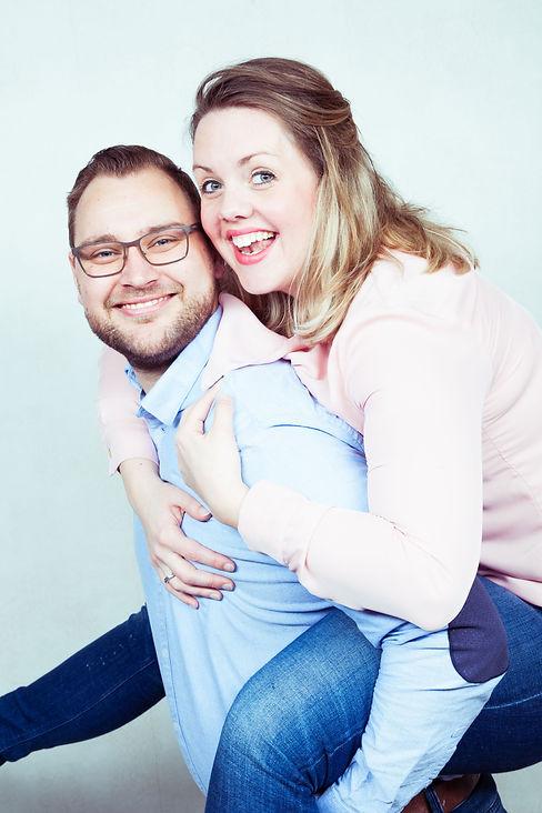 Tijdens een gezinsshoot word er ook een foto van papa en mama gemaakt door de fotograaf.  Fun foto of a happy couple that are a mommy and daddy.