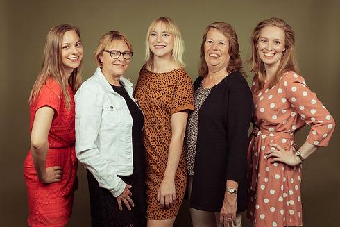 Statische portretfoto van alleen de dames van de familie. Wil jij een goedkope familieshoot boeken? Studio86 heeft een redelijke prijs/ kwaliteit verhouding. For the best family portraits you book at Studio86.nl