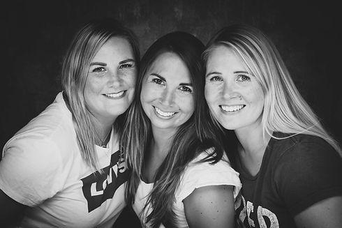 Wil jij jouw ouders verassen met een mooie portretfoto van jou en jouw zussen? Bij Studio86 in Alphen aan den Rijn, Zuid Holland kan jij een toffe zussenshoot boeken!  Black and white photo of three sisters.
