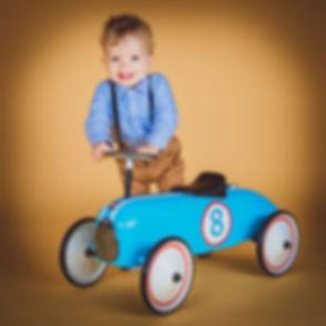 Retro foto van een peuter op een retro roller.  Retro photograph of a toddler on a retro roller.