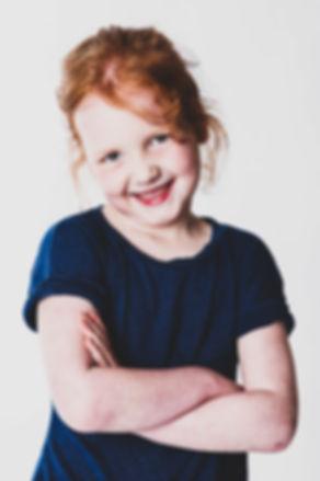 Kijk deze stoere meid eens op de foto gaan bij de fotografe van Studio86, Alphen aan den Rijn, Zuid Holland.  Little young girl with red hair. Professional photograph made in a photostudio.