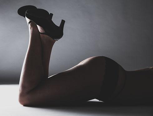 Een sexy foto gemaakt door fotografe Nikki Hoff, van Studio86 te Alphen aan den Rijn. Wil jij ook een erotische fotoshoot boeken? Neem dan contact op via info@studio86.nl  Sensual photography in the photo studio. Here u see a woman getting her booty photographed.