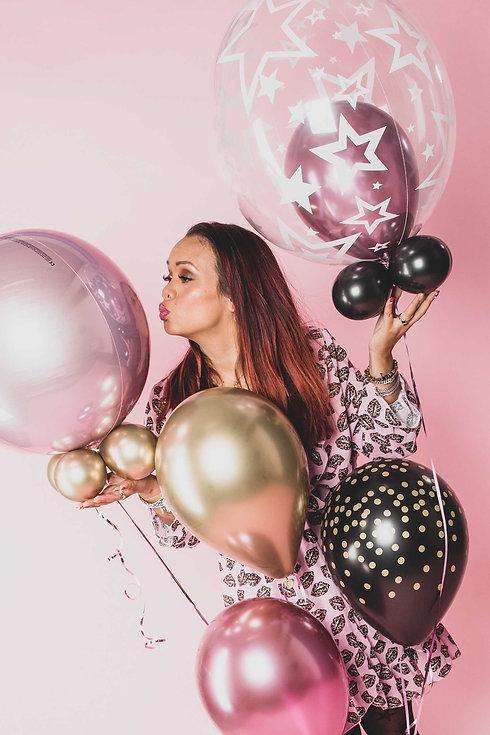 Wil jij ook een verjaardagsfoto laten maken met ballonnen? Deze helium ballonnen mag jij zelf meenemen naar de studio waar we vervolgens samen kijken bij welke setting deze het beste passen. Deze ballonnen paste het beste bij de roze achtergrond. Dit is een glamour fotoshoot waarvan ze de foto's gaat gebruiken voor haar verjaardag. Wat de prijslijst is van een fotoshoot? Kijk op www.studio86.nl/prijzen