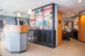 Een interieurfoto van een kapperszaak. Gemaakt tijdens een bedrijfsfotoshoot. Interior shot of a hairdresser. Made during a corporate shoot.