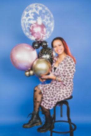 Een verjaardags fotoshoot boeken kan bij Studio86! Bij deze portret fotoshoot mag jij ook zelf helium ballonnen meenemen voor een vrolijke fotoshoot. Nikki is een goede fotografe en gespecialiseerd in portretfotografie in de studio waar je o.a. met deze paarse achtergrond op de foto kunt. Een hippe en moderne fotostudio.
