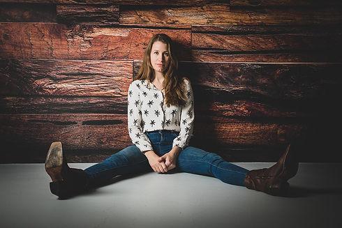 Wil jij net als Vivian Dabrowski ook een gevarieerde fotoshoot boeken om je casting portfolio uit te breiden? Bekende fotograaf Nikki Hoff is portretfotograaf en maakt professionele castingfoto's. Hier zit Vivian op de grond tegen de houten wand aan.