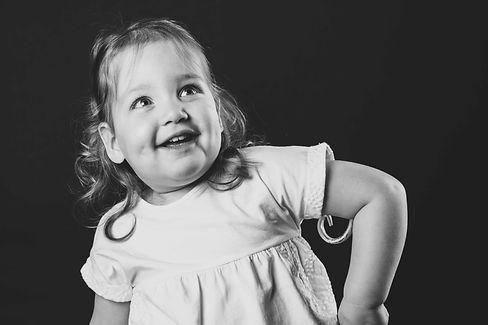 Bekende Nederlandse en kinderfotograaf Nikki Hoff doet veel kinder fotografie in haar fotostudio. Tijdens een kinder shoot worden er allerlei attributen uit de kast getrokken om jouw peuter aan het lachen te maken.  Smiling toddler. Professional kids photography.
