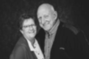 Een zwart wit portretfoto van opa en oma. Deze foto is gemaakt tijdens een familie fotoshoot. Dus wil jij een fotograaf zoeken in de regio Zuid Holland? Je kan deze fotoshoot ook cadeau geven aan opa en oma. Black and white portrait photo of grandma and grandpa.