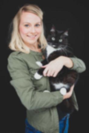 Ahh, kijk eens wat een mooie foto van deze schattige kitten! Wil jij ook zo'n mooi portret laten maken van jouw poes of kater? Of misschien heb jij wel een heel ander huisdier zoals een parkiet of een konijn. Ook deze ongevaarlijke dieren zijn van harte welkom in onze fotostudio.   Pretty blond girl with her black cat. Professional portrait photo of a cat with hes owner.