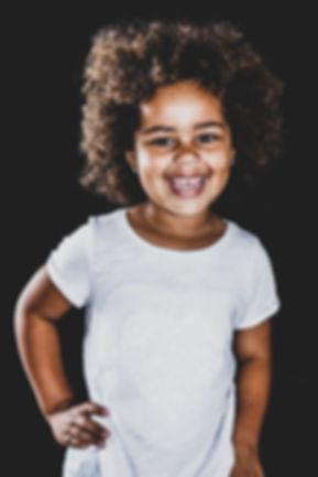 Kijk deze kleine meid eens lachen! Een fotoshoot bij Studio86 is een feestje! Vrouwelijke fotograaf Nikki zorgt voor een spontane en gezellige fotoshoot waar hele mooie portretfoto's uit ontstaan.
