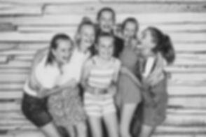 Zwart wit foto van 6 tieners die het helemaal naar hun zin hebben gehad tijdens een kinderpartijtje. Een fotoshoot is een origineel feestje met een herinnering voor altijd!  Black and white photography. Spontaneous photo made in a photo studio for a birthday party.