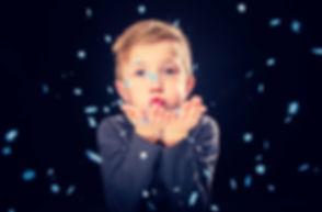 Fotoshoot met confetti boeken voor jouw zoon? Ik heb alle kleuren confetti aanwezig in de fotostudio! Je kan de confetti richting de camera blazen of over je heen gooien. Deze portretfoto is gemaakt tijdens een fotoshoot kind en valt goed op door de belichting en de confetti. Het is zelfs mogelijk om een confetti shoot te boeken op zondag!