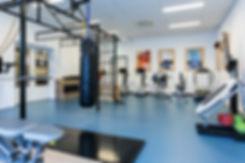 Professionele bedrijfsfoto's laten maken? Deze fotograaf kan jij boeken bij Studio86. Dit is een interieur foto van een fysio praktijk die een sportruimte hebben. professional photo of physio with sport area.