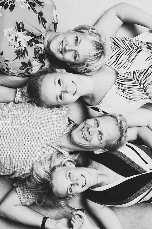 Nikki is dé aangewezen fotograaf als het gaat om het laten maken van een gezinsfoto. Een foto met jouw broers, zussen en ouders.  Best photographer for a family portrait.