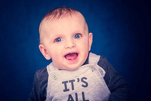 Dit is een professionele portretfoto van een lachende baby gemaakt in de fotostudio van bekende fotografe Nikki Hoff. Deze baby is 5 maanden oud en is gefotografeerd door een getalenteerde kinderfotogaaf. Wil jij ook een fotoshoot van jouw baby boeken? Ga naar www.studio86.nl voor professionele baby foto's.