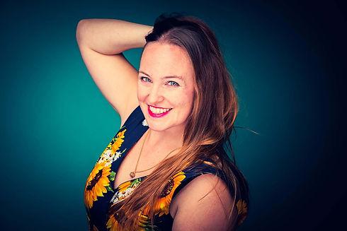 Instagram fotograaf gezocht voor opvallende, kleurrijke portretfoto's? Nikki Hoff van Studio86 heeft een ruime fotostudio met gekleurde settings zoals deze turquoise achtergrond. Je kan bij deze studio zelfs een fotoshoot op zondag boeken! Nikki één van de bekende Nederlandse fotografen en maakt professionele portretfoto's.