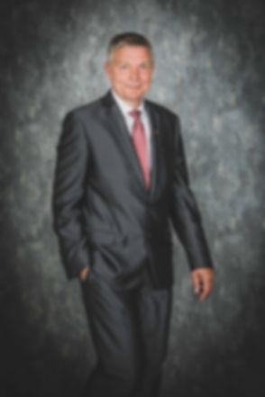 Professionele profielfoto van een oudere man in pak. Deze meneer is ondernemer en zal zijn portretfoto o.a. gebruiken op linkedin en op zijn website. Professional profile picture of an older man in a suit. This man is an entrepreneur and will use this photo for he's website.