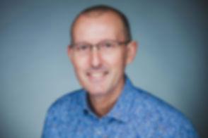 Een zakelijke foto waar jij helemaal op te zien bent, kan je ook laten maken tijdens deze professionele fotoshoot.  Close up profile picture of a business man with glasses. Studio photography.