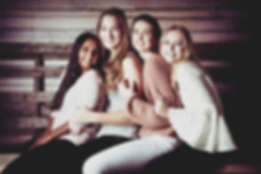 Voor spontane, gezellige portretfoto's van jou en jouw vriendinnen tijdens een kinderfeest of een vrijgezellenfeest, kan je naar de fotostudio in Alphen aan den Rijn.  Spontaneous photoshoot with friends.